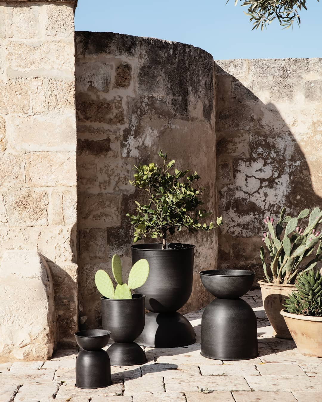ferm living pot exterieur design scandinave noir cactus graphique amenagement terasse