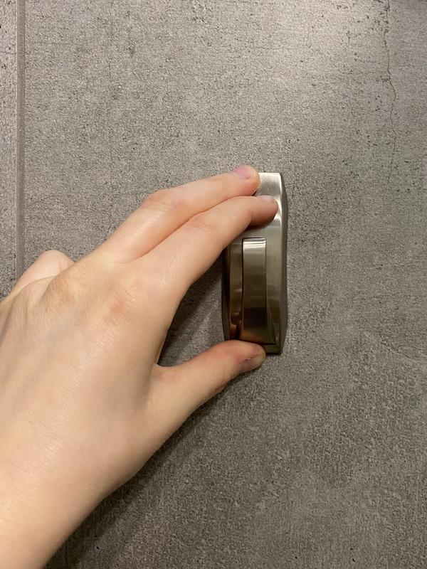 installer des crochets de salle de bain sans trou autocollant