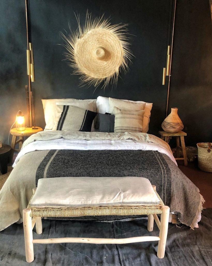 lit chambre grise bohème ethnique chic chapeau paille décoration murale - clem around the corner
