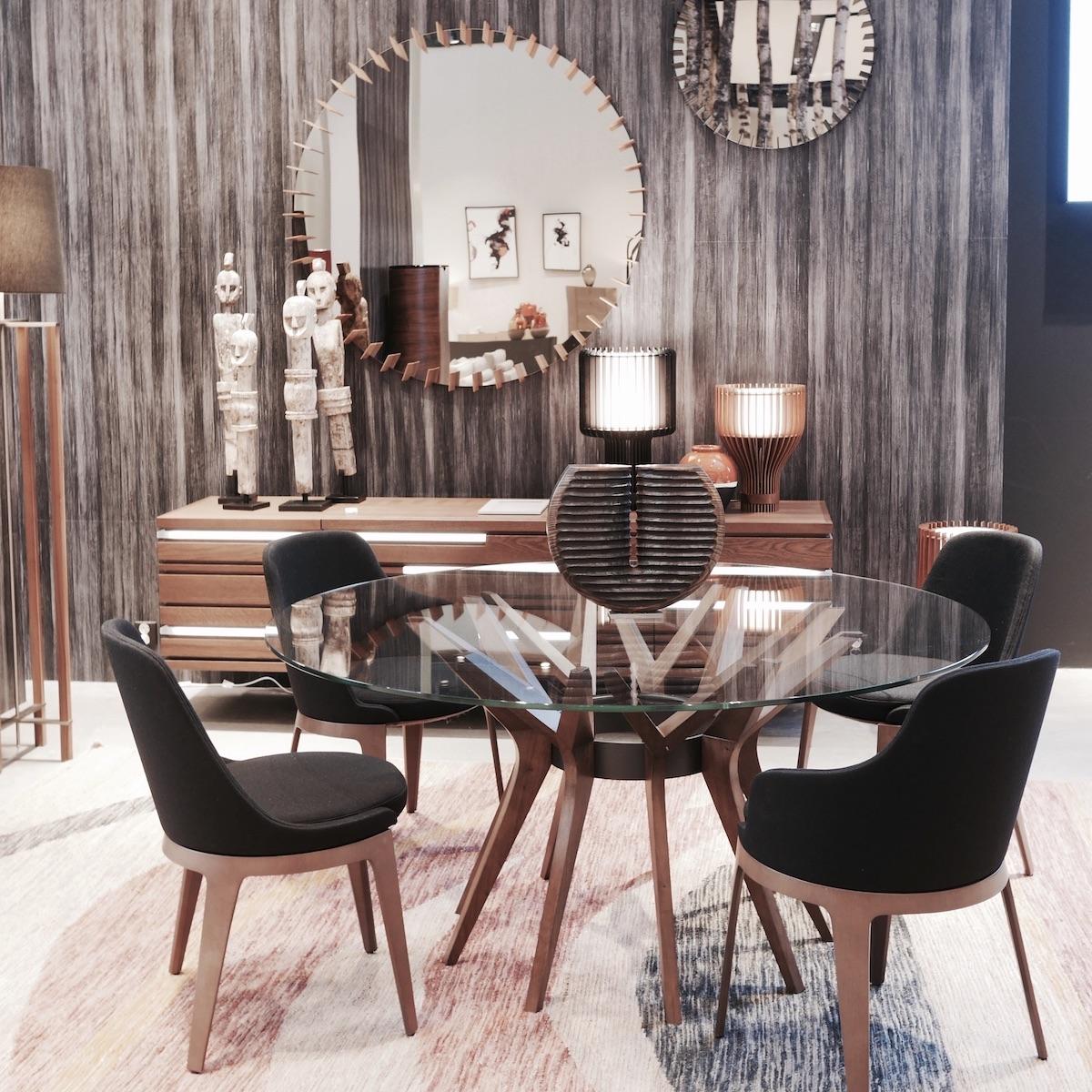 salle à manger déco ethnique table ronde verre bois statuette africaine pierre design