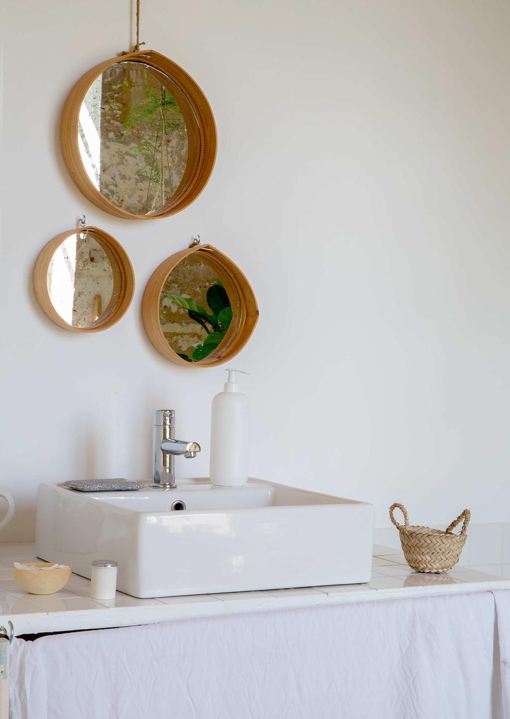 déco château charentais salle de bain blanche minimaliste épurée miroir rond lavabo carré pierre blanc