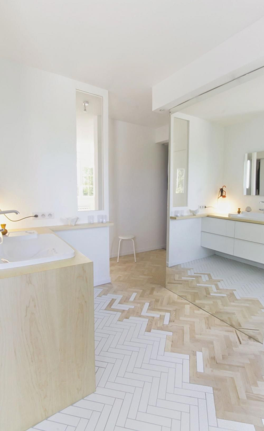 salle de bain lumineuse mixte carrelage blanc et parquet clair