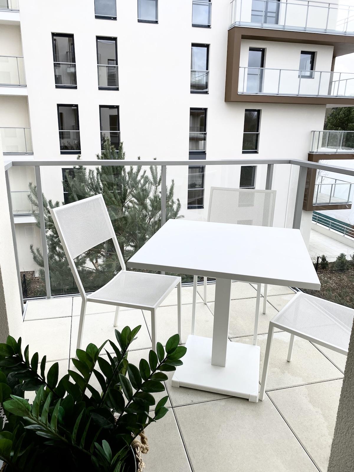 terrasse balcon carré appartement Rueil table meuble blanc métal jardin