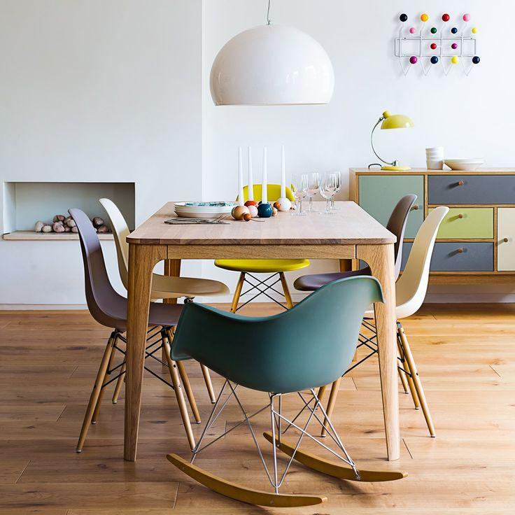 salle à manger chaise multicolore dépareillé vitra eames coque plastique vert bleu turquoise jaune pied bois