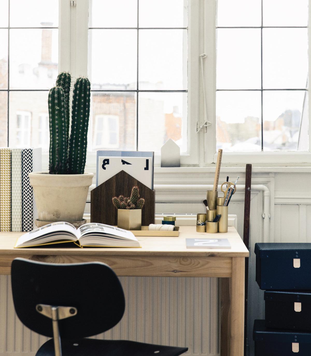 bureau tendance cuivre bronze métallique style rétro sépia table bois pot à crayon laiton