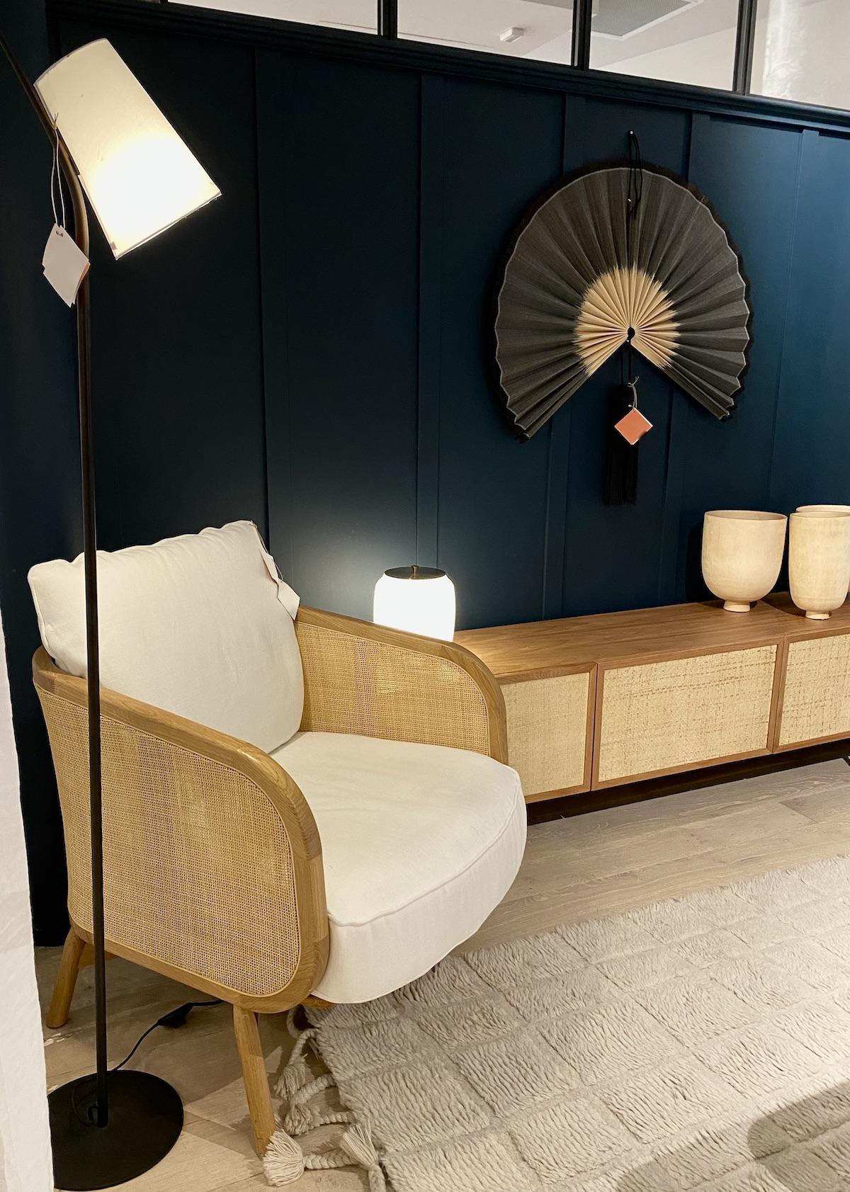 chambre bleue foncé coin lecture fauteuil cannage lin - blog déco - clem around the corner