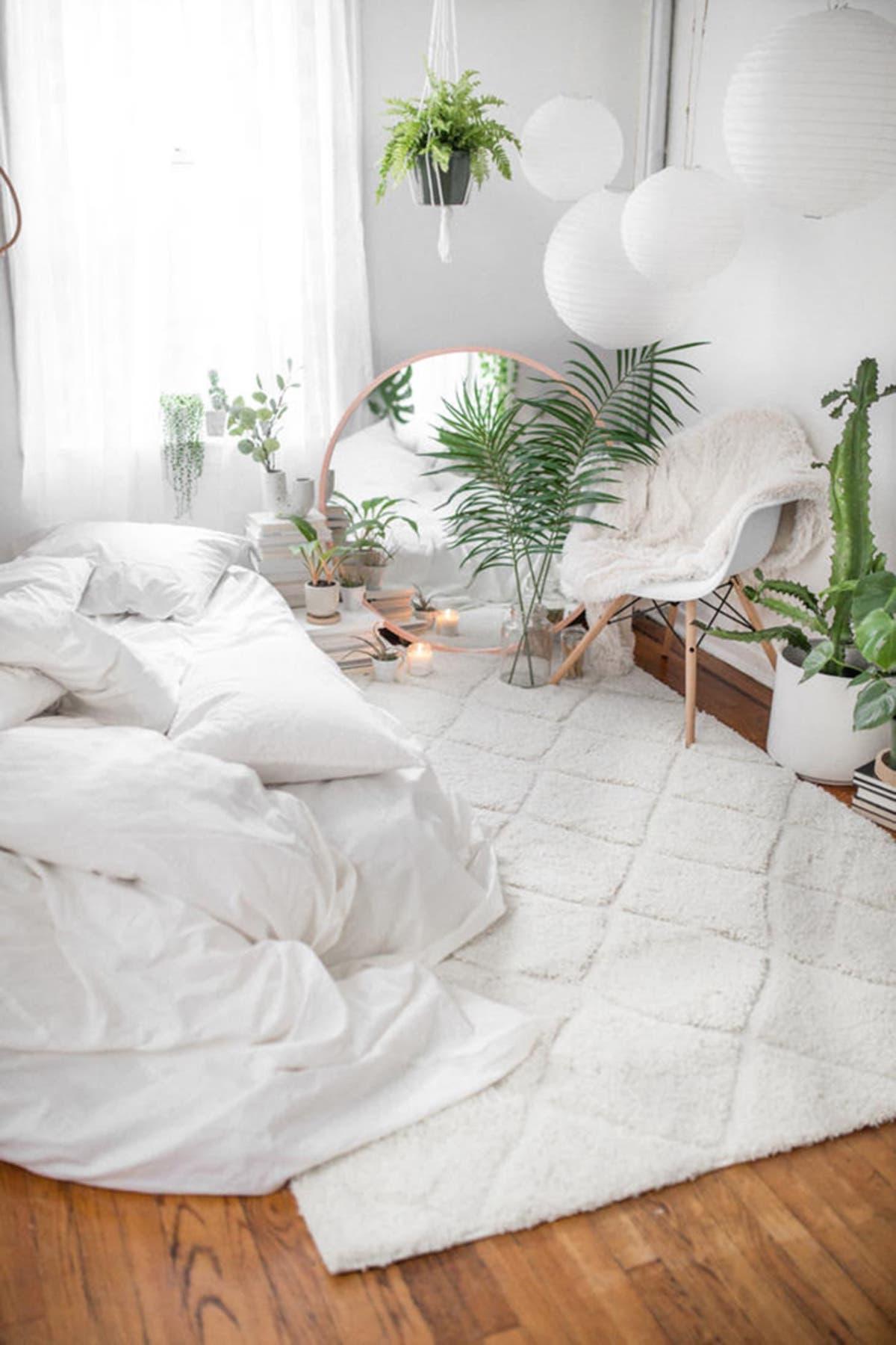 chambre épurée blanche lumineuse parquet en bois plante verte tapis univers cosy