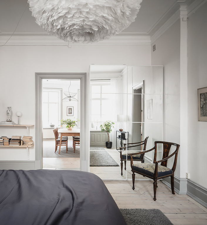 chambre lumineuse dressing porte vitrée chaise bois rétro