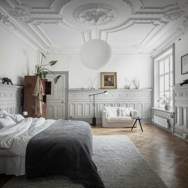 chambre moulure parquet bois tapis gris canapé blanc déco intérieure chic sobre