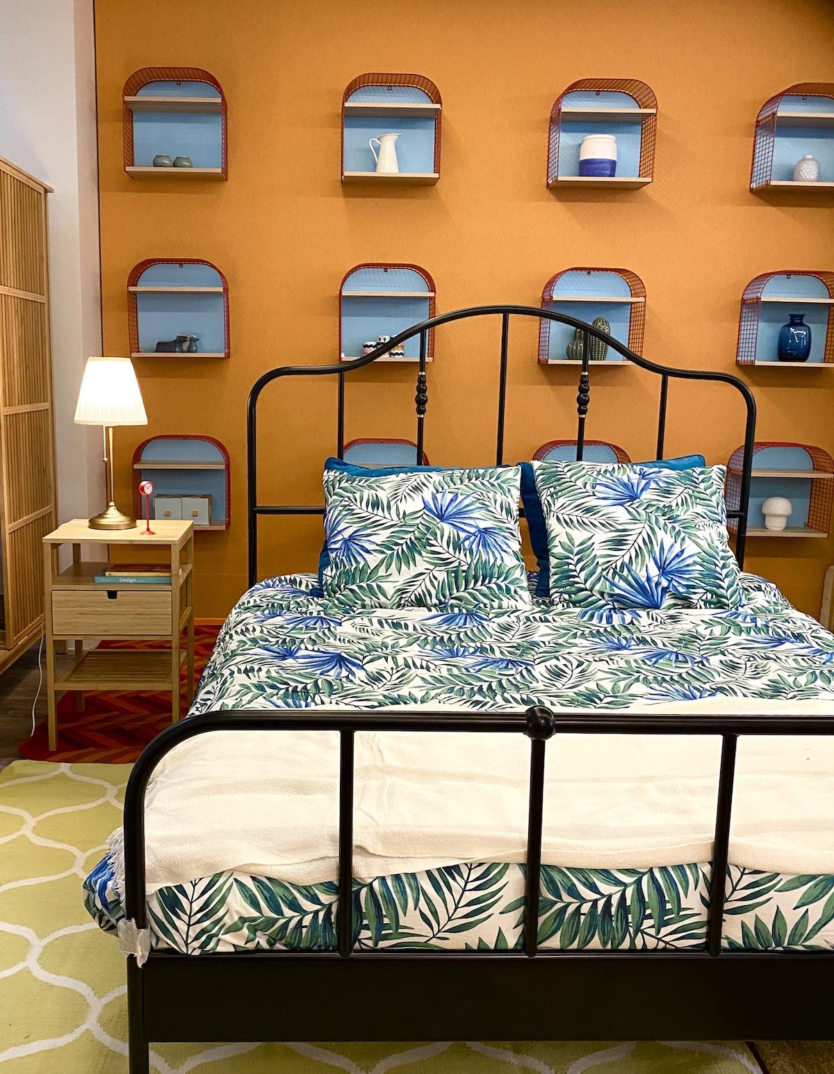 chambre orange mur peinture décoration coloré bleu housse de couette ikea palmier urban jungle feuille