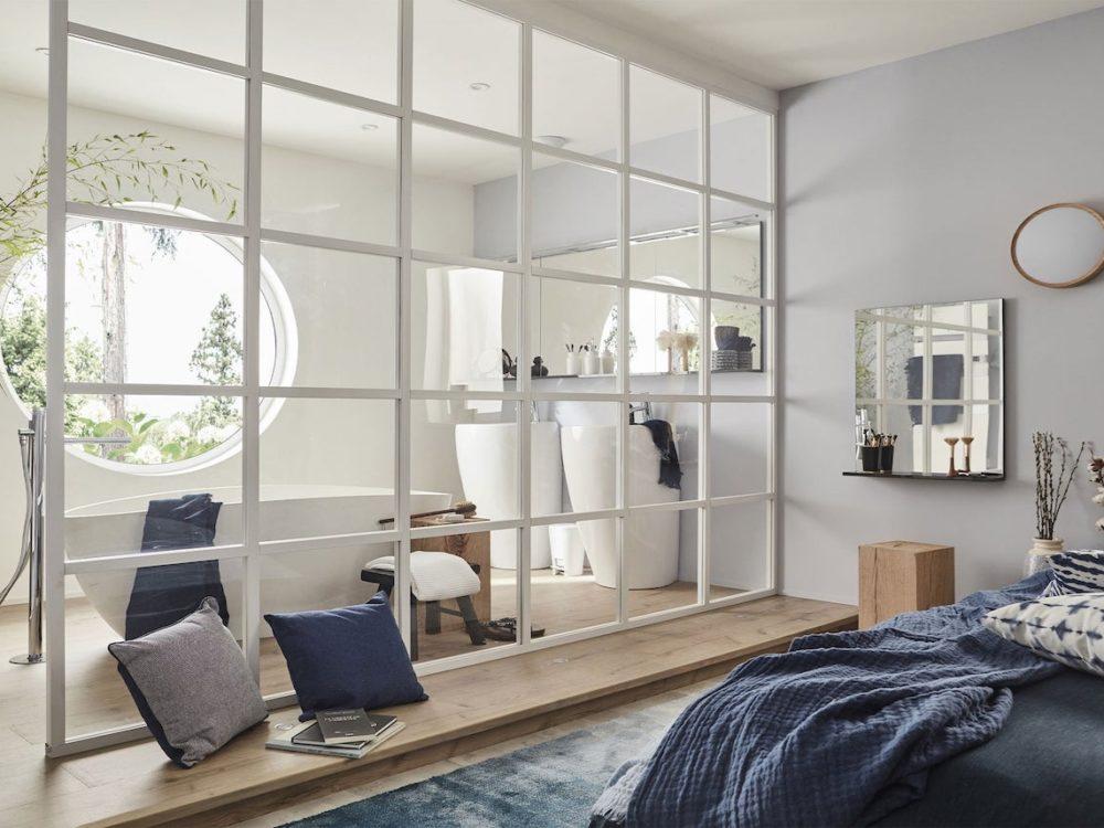 cloison vitre verre cadre blanc chambre salle de bain bois bleu marine