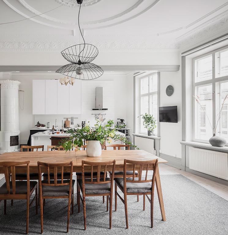 cuisine spacieuse gris blanc table bois tapis gris lustre design métal noir