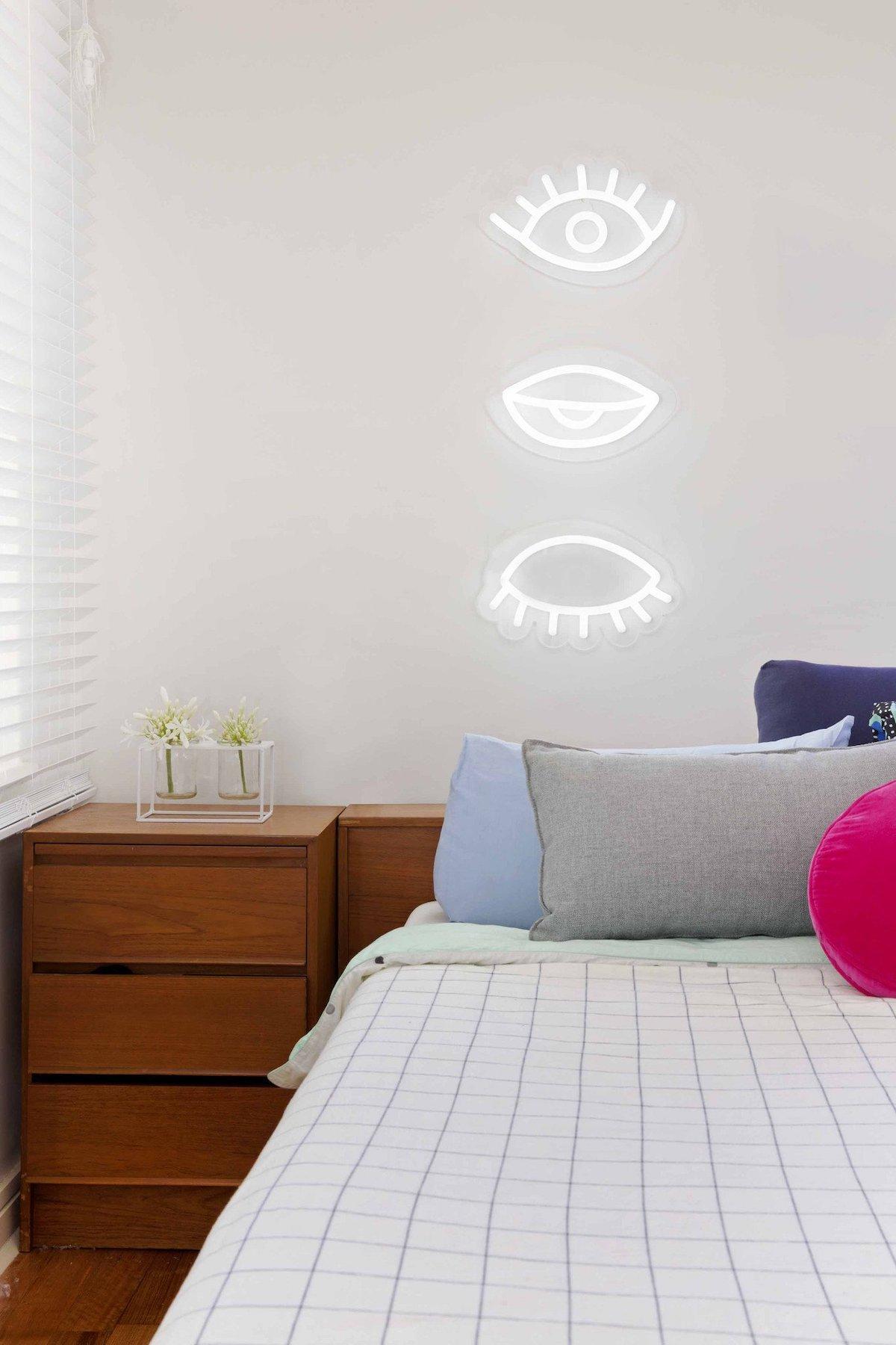 déco murale néon blanc oeil table de chevet bois blog déco