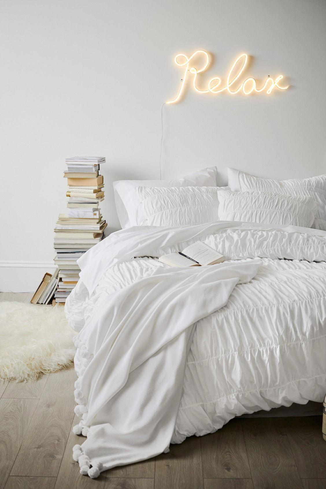 néon jaune déco chambre zen cosy blanche parquet bois gris tapis fourrure cadeau fille ado