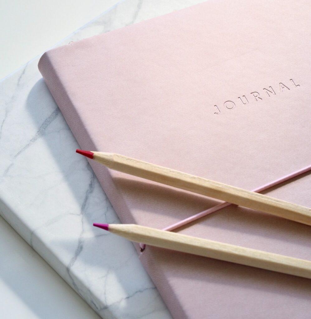 notebook carnet rose pastel blanc crayon bois
