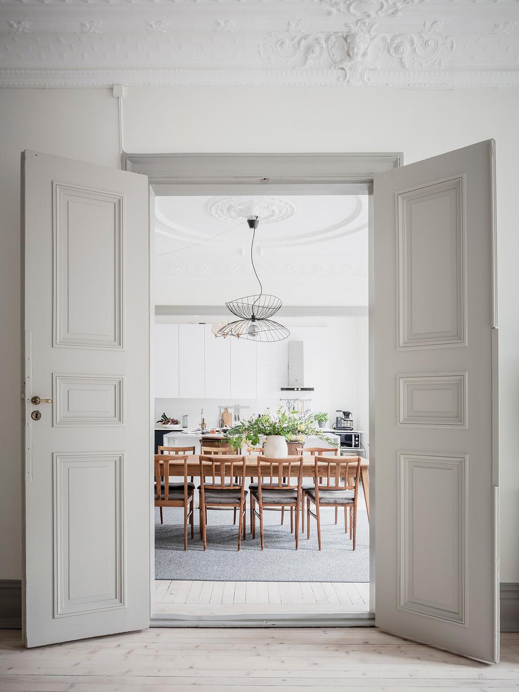 pièce de vie cuisine lumineuse table rectangulaire bois tapis extra large déco végétale
