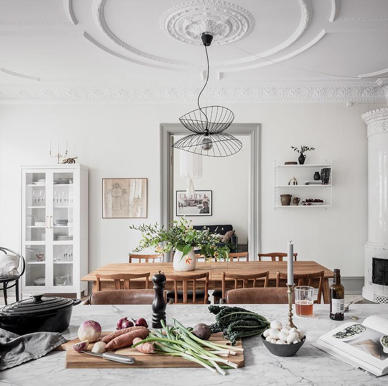 pièce de vie lumineuse table bois armoire blanc porte vitrée blog déco