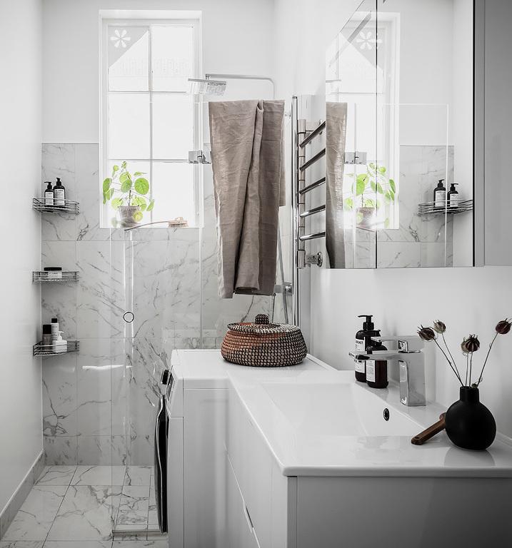 salle de bain marbre blanc porte vitre