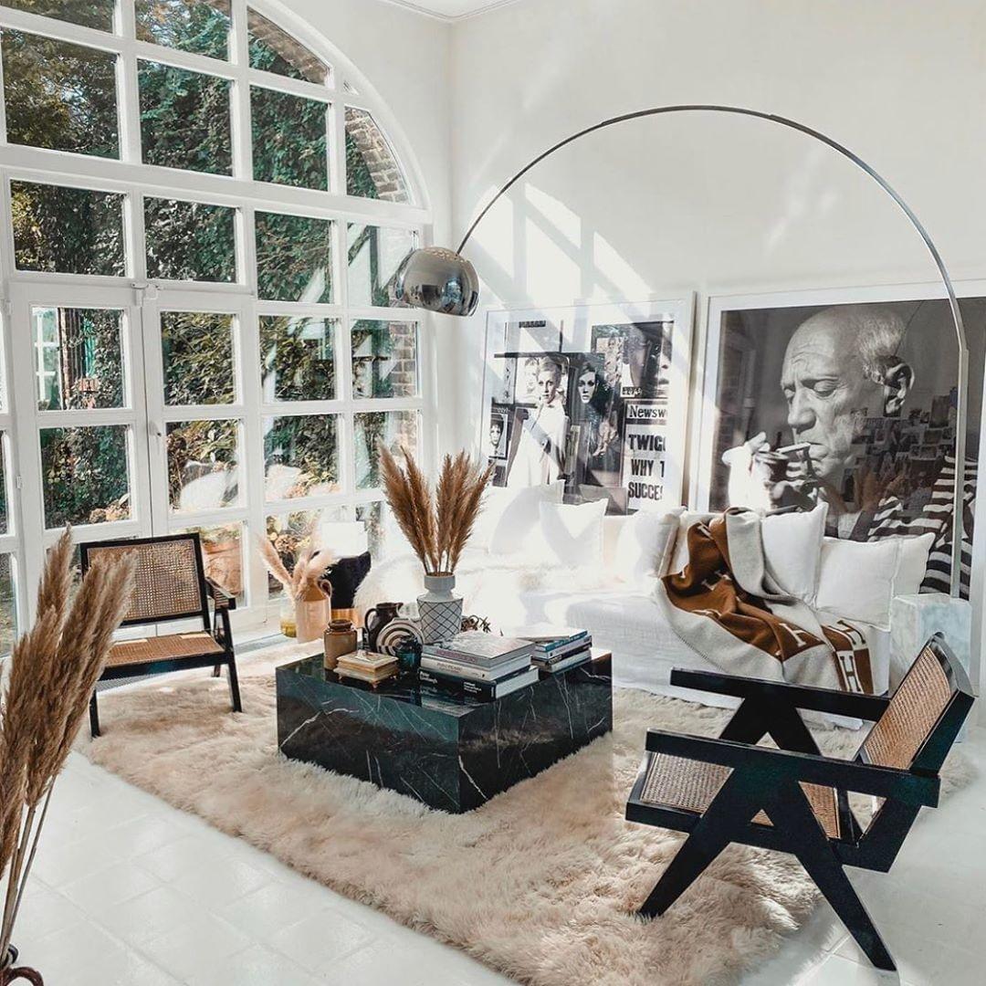 salon bohème retro vintage lampadaire arco marbre canapé lin blanc fauteuil cannage fifties