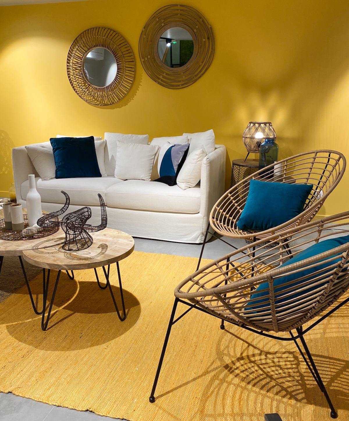 salon jaune moutarde canapé blanc tapis design tressé rotin