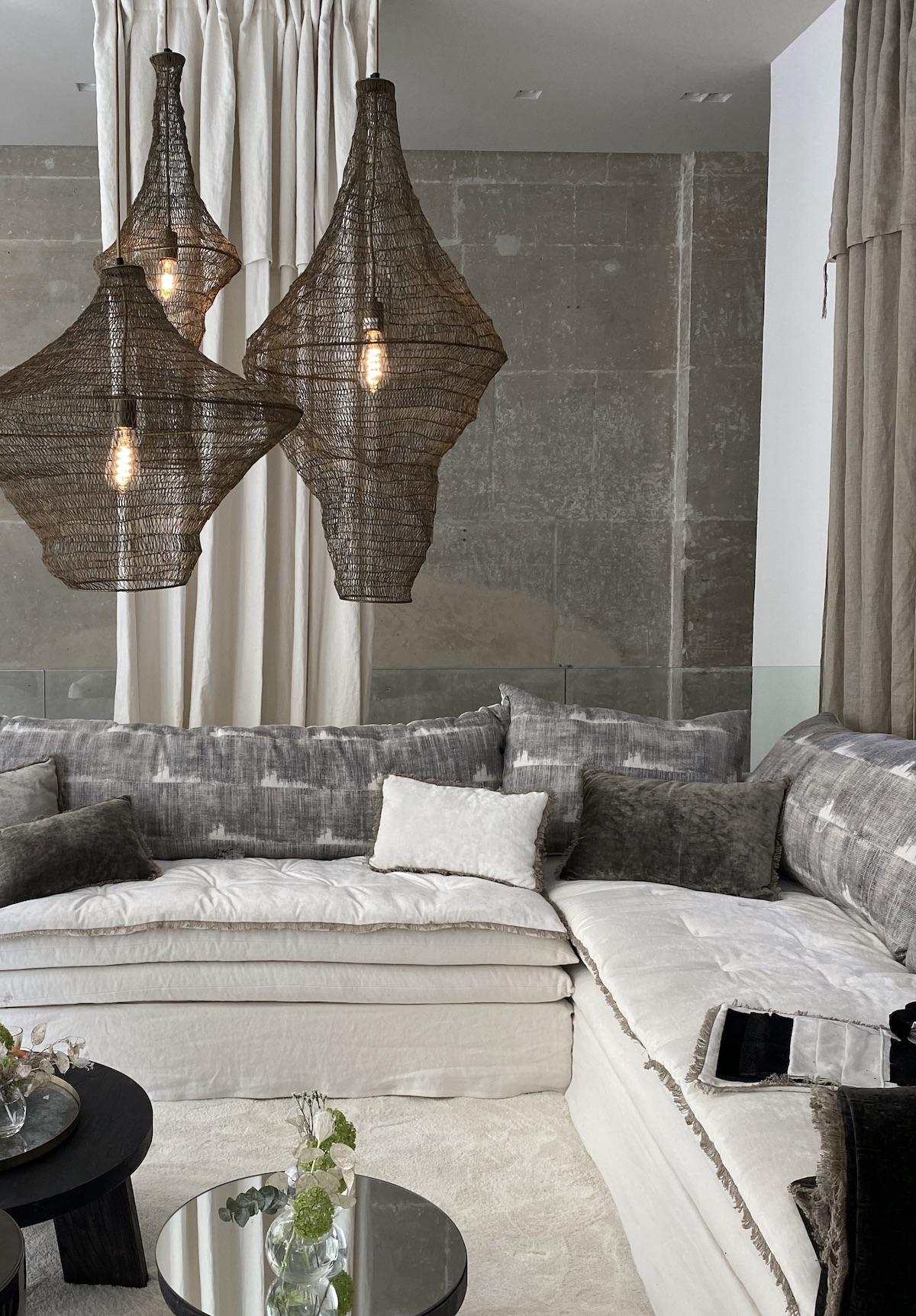 salon loft mur brut brique béton canapé angle blanc velours lin bérengere leroy