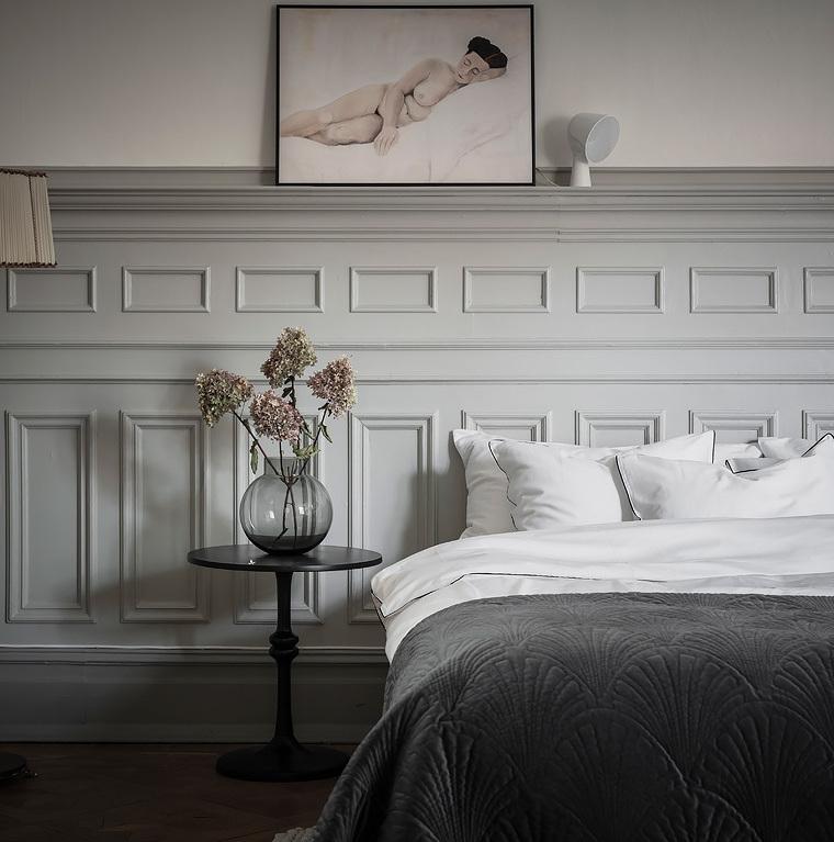 chambre soubassement peint tons verts lit double plaid gris table basse noir ronde déco maison intérieure