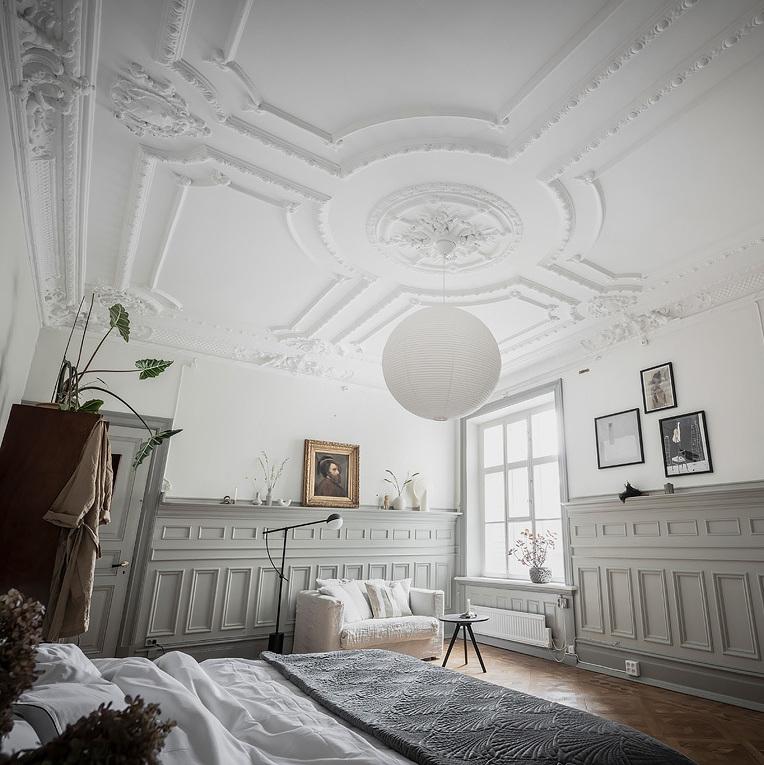 suite parentale moulure au mur et plafond soubassement bois tons verts amande décoration classique