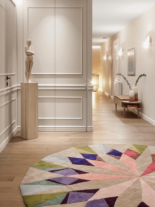 aménagement entrée couloir tapis rond multicolore statue femme marbre banc coffre