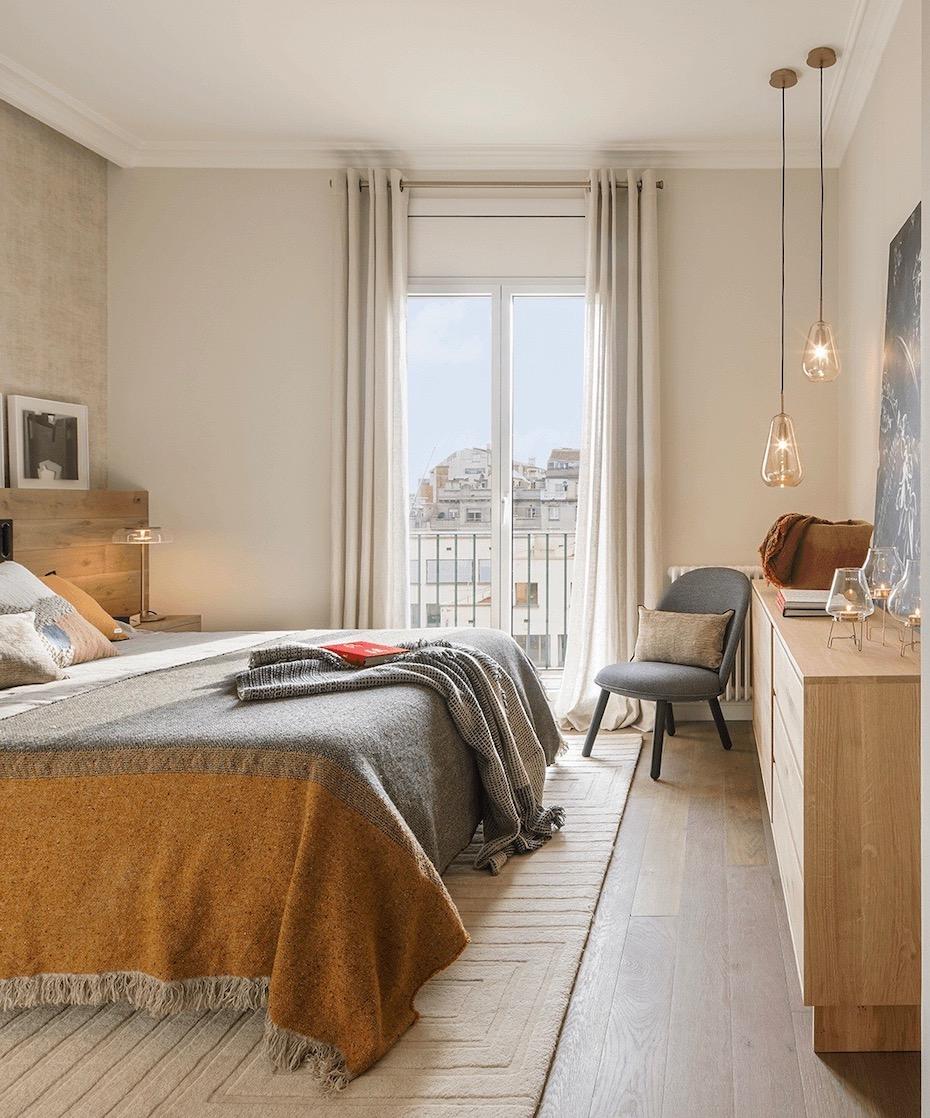 appartement Eixample chambre tête de lit bois plaid jaune moutarde
