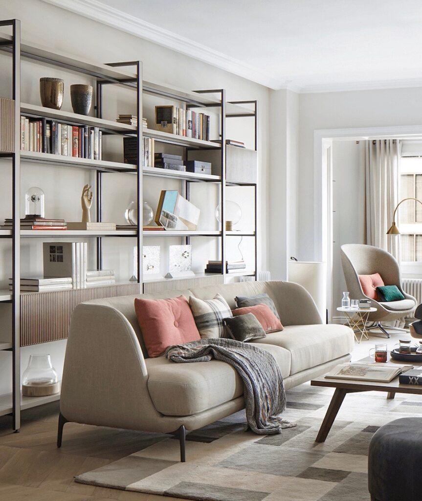 appartement Eixample salon nuance beige canapé 50 bibliothèque métal mural bois