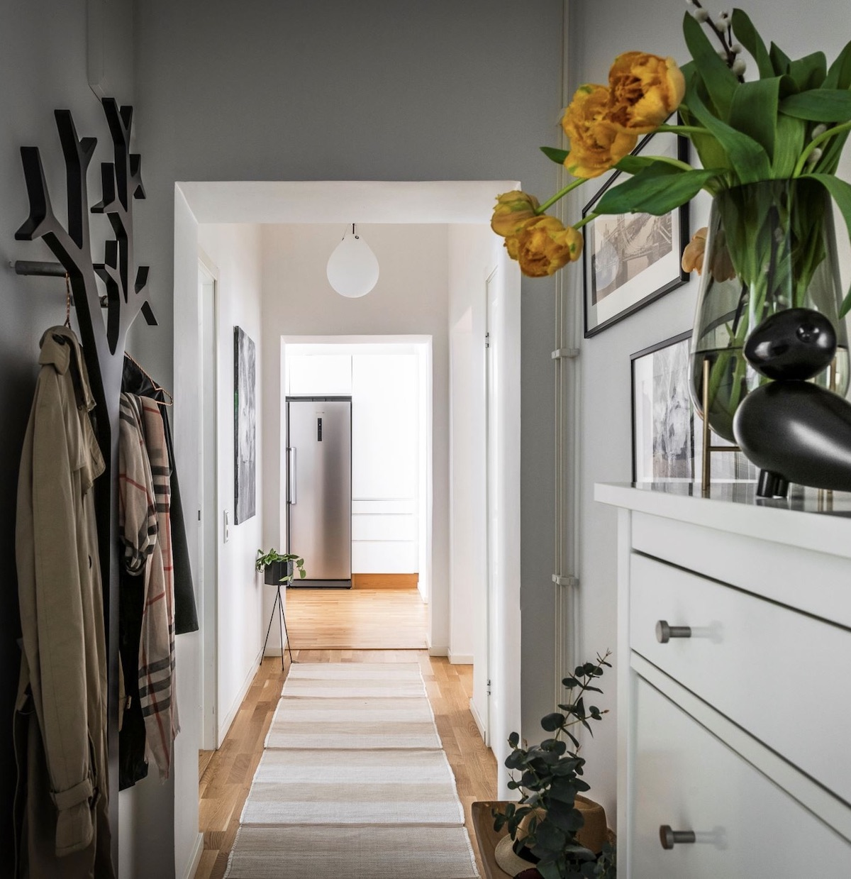 appartement Linné Goteborg aménagement couloir entrée porte-manteau arbre noir
