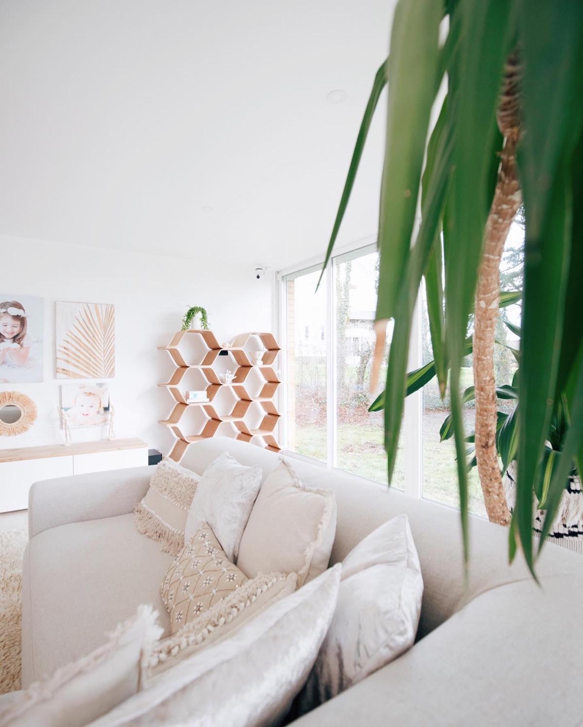 blog déco salon lumineux épuré bohème coussin frange étagère ovale bois naturel