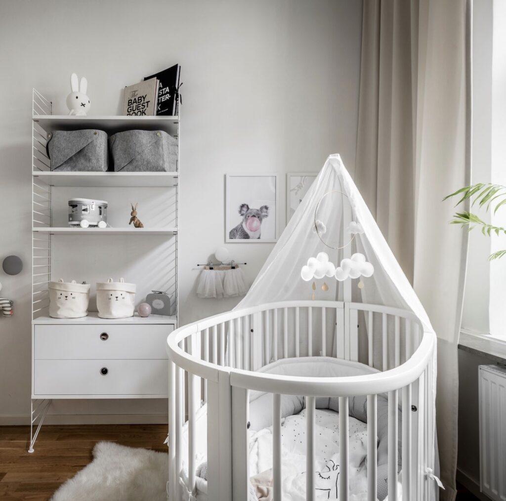 chambre bébé lit berceau blanc barreaux style scandinave bibliothèque caisson rangement string furniture