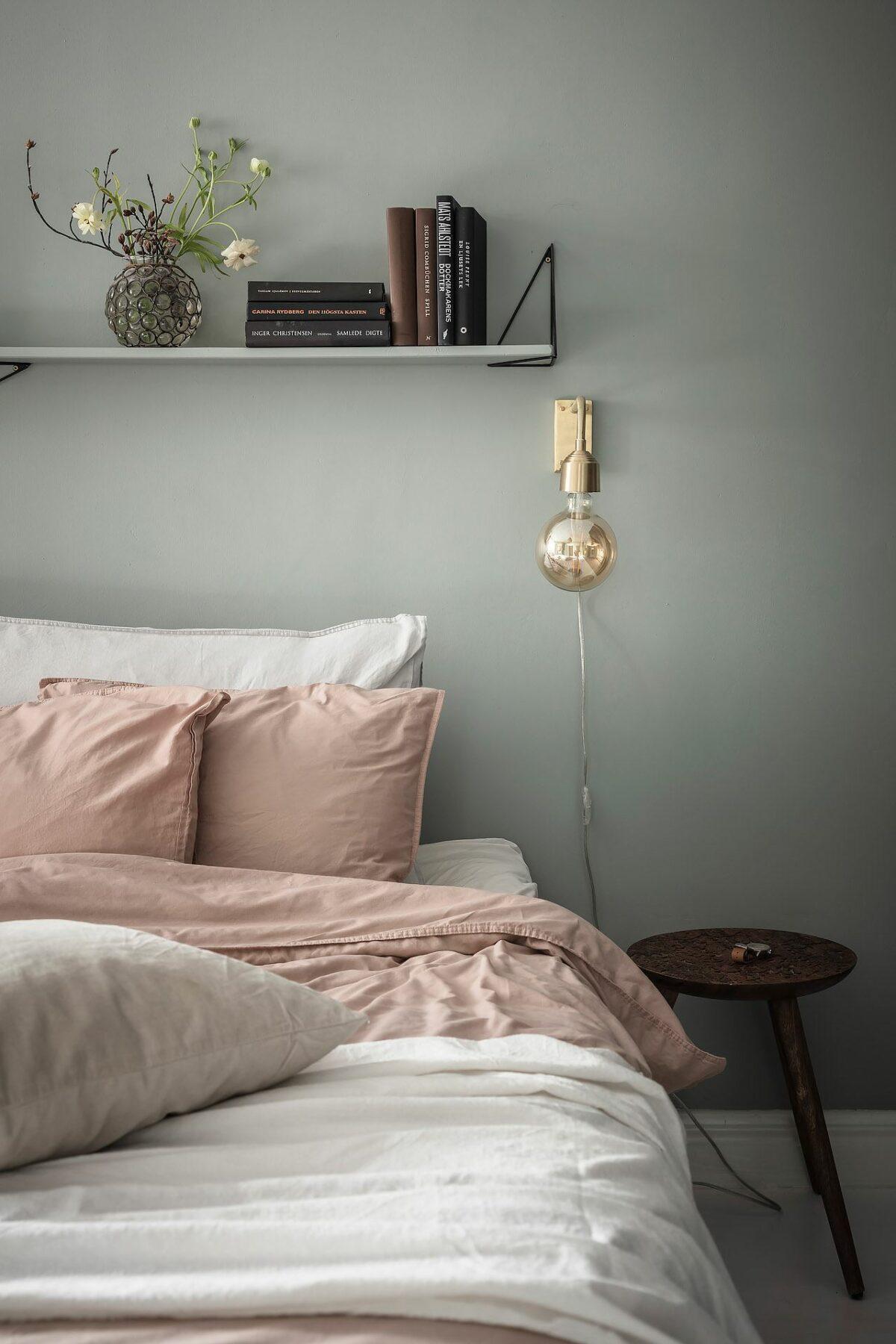 chambre décoration colorée sobre pastel lampe laiton drap rose