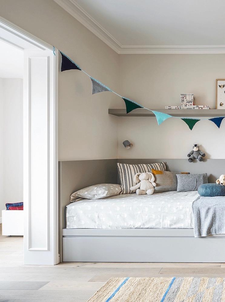 chambre enfant grise appartement Eixample Barcelone - blog déco