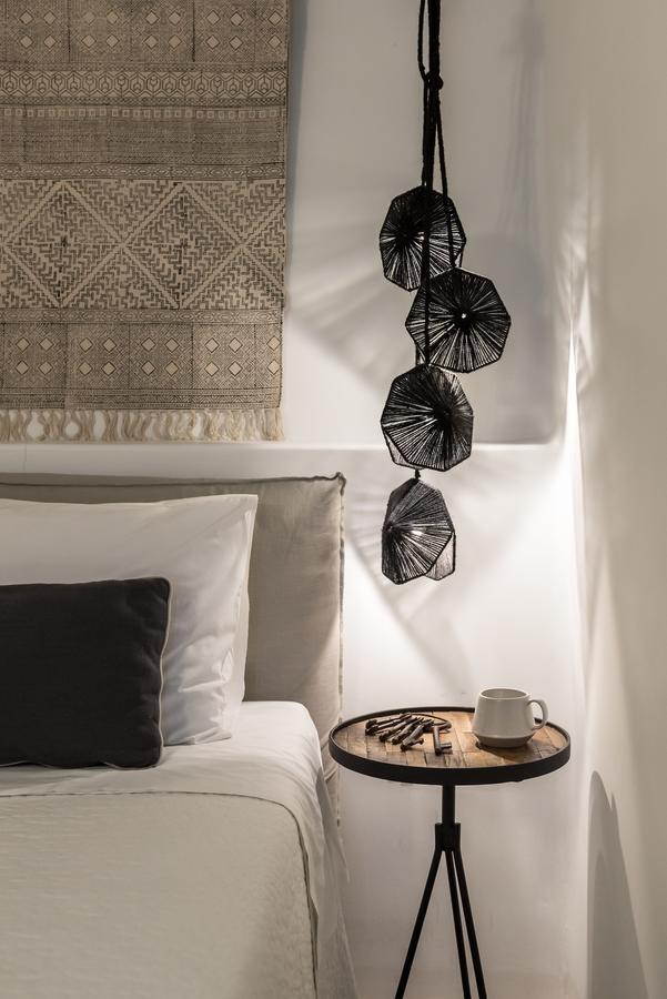 chambre grise sobre bohème noir chevet suspendu luminaire corde ficelle noire DIY