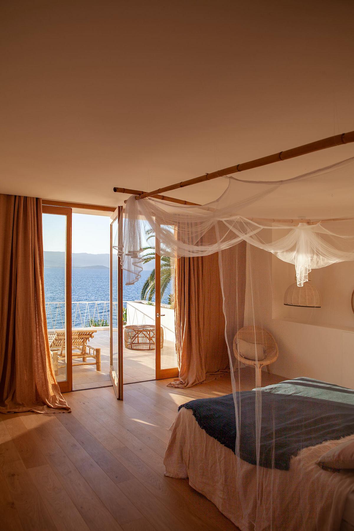 chambre lit baldaquin voilage bambou décoration bord de mer