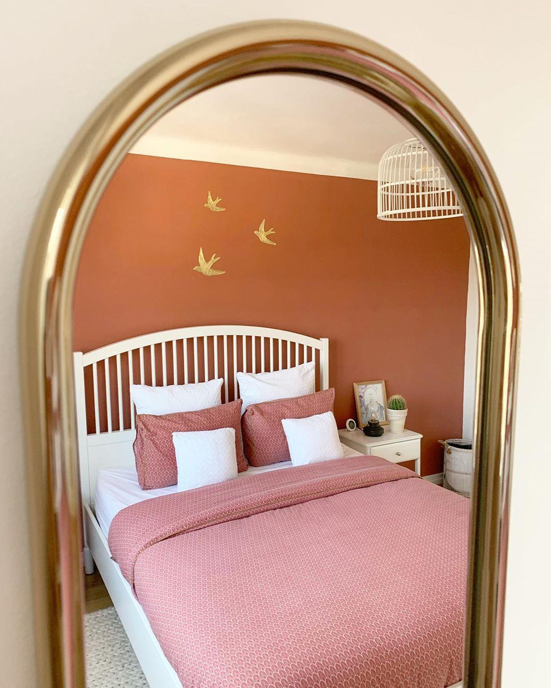 chambre mur ocre peinture hirondelle dorée meuble blanc camaieu rose housse de couette