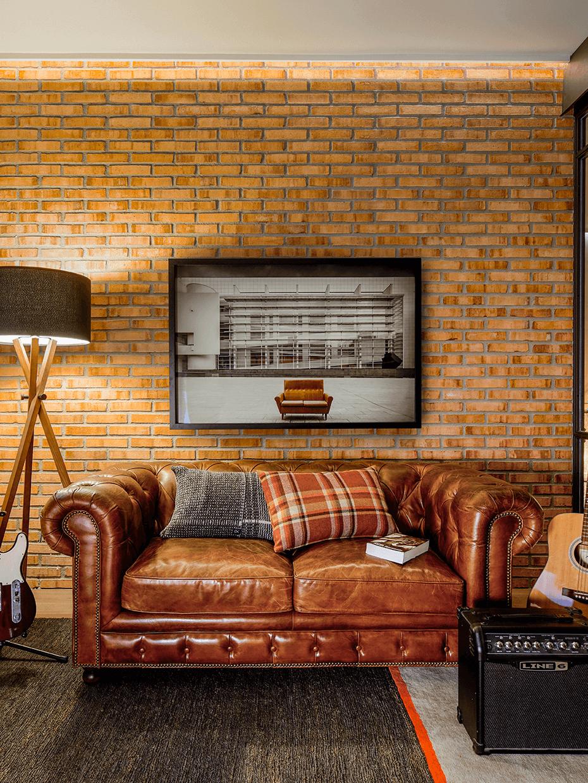 comment aménager garçonnière mur briques canapé rétro anglais chesterfield cuir cognac