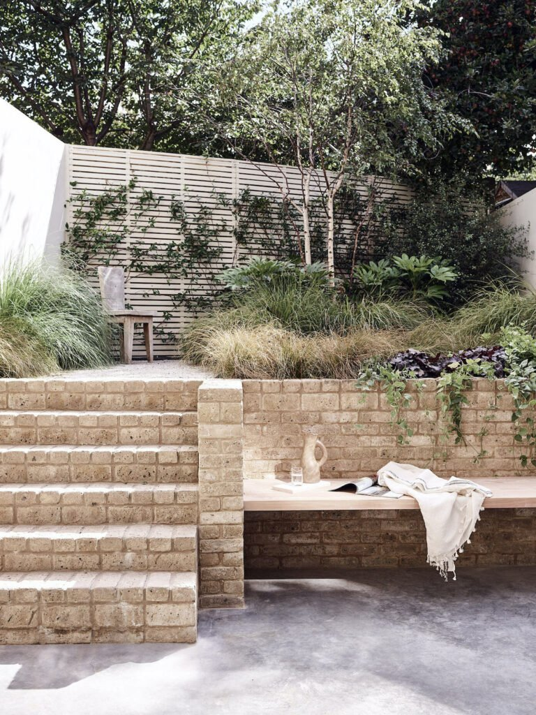 cour intérieure terrasse béton ciré dalle pierre beige