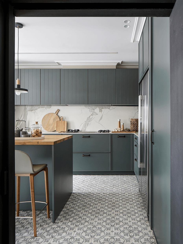 cuisine grise appartement Eixample carreaux de ciment ilot central bar
