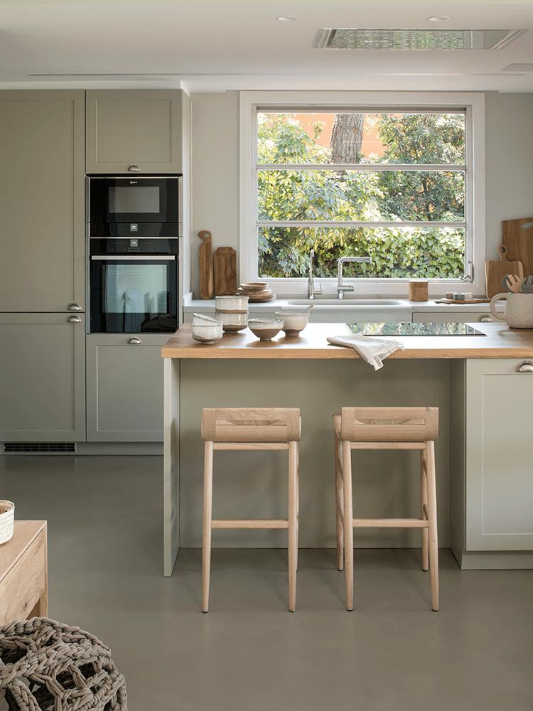cuisine ouverte vert eau kaki clair bois maison en pleine nature