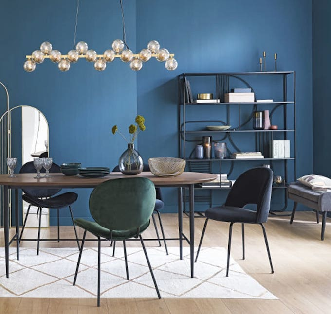 déco salle à manger sobre moderne sol parquet mur bleu canard chaise velours tapis berbère
