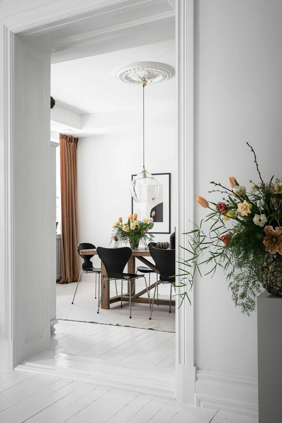 déco salon blanc moulure chaise ant noire Arne Jacobsen design danois