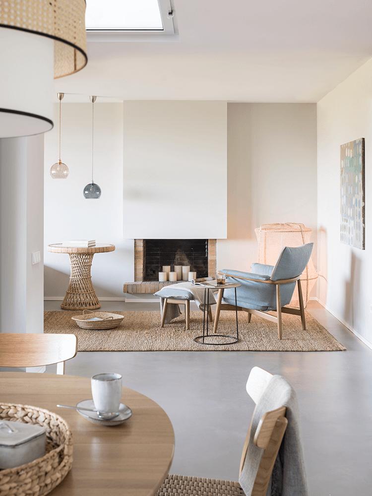 décoration style bord de mer fauteuil table ronde rotin cheminée briques
