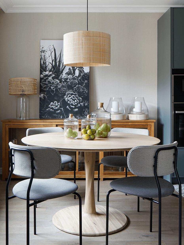esapce repas cuisine ouverte table ronde chaise rétro tissu pois relief pied structure métal noir