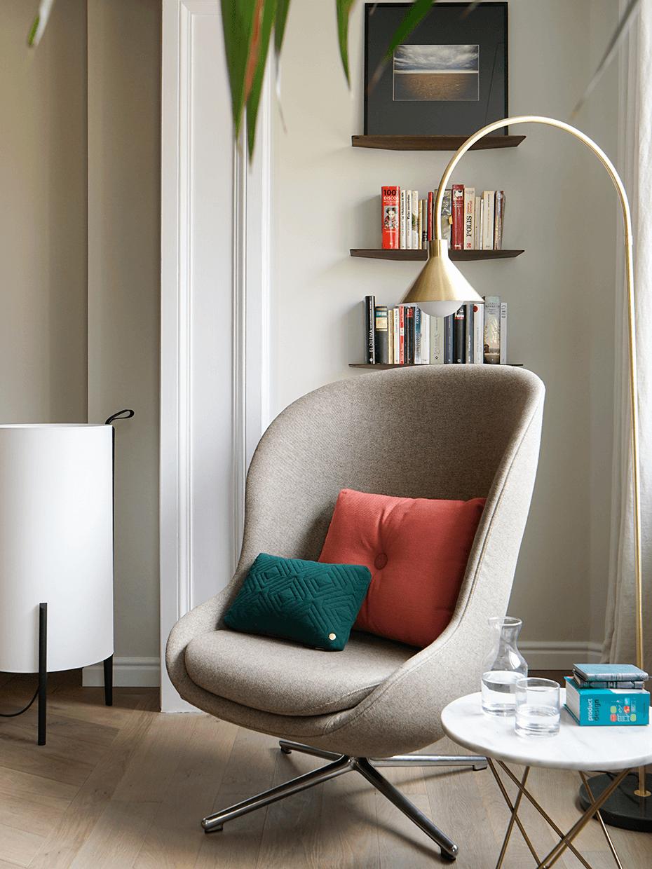 espace lecture salon liseuse laiton fauteuil cocoon beige appartement Eixample