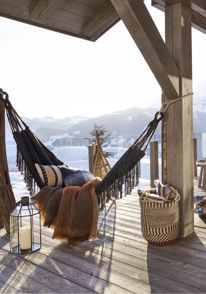 hamac balcon chalet montagne décoration cosy noir blanc