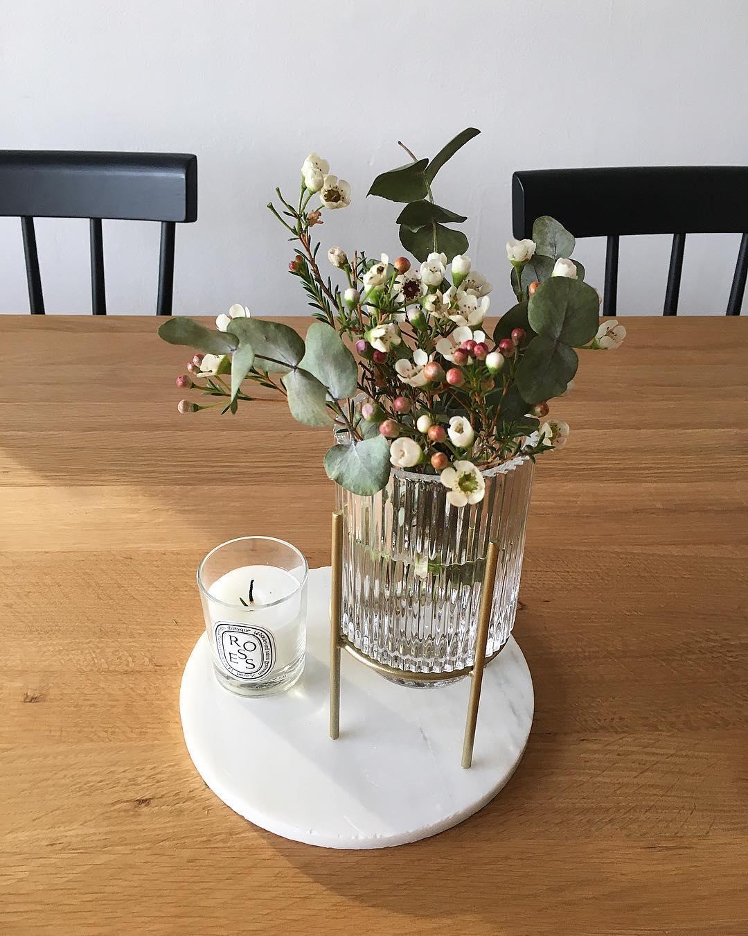 homebyauriane centre de table vase verre sur pied metal doré marbre bouquet bougie diptyque