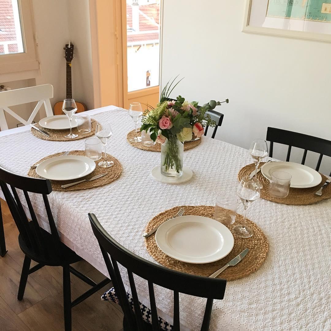 homebyauriane salle à manger chaise noire nappe blanche brodée set de table tressé rond